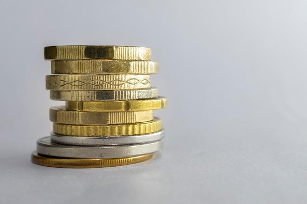 Pilha de moedas empilhadas isoladas no fundo branco.