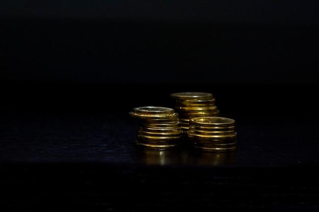 Pilha de moedas isoladas no preto