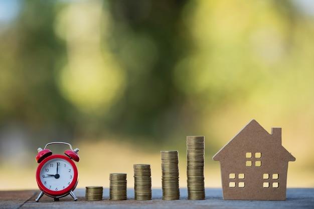 Pilha de moedas mostrando gráfico de aumento, ideias para economizar dinheiro, economizar dinheiro para investimento.