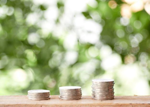 Pilha de moedas na mesa ao ar livre
