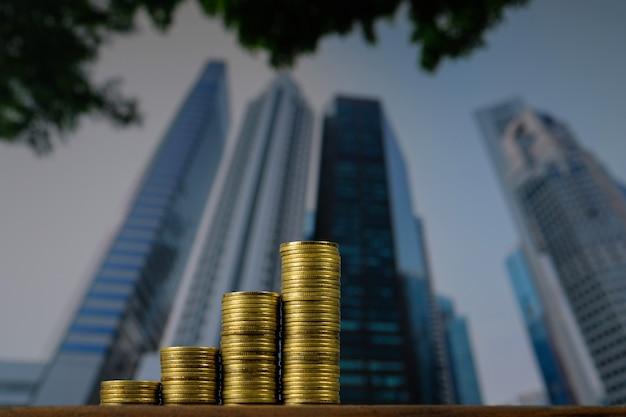 Pilha de moedas na mesa superior com fundo de cidade da cidade.