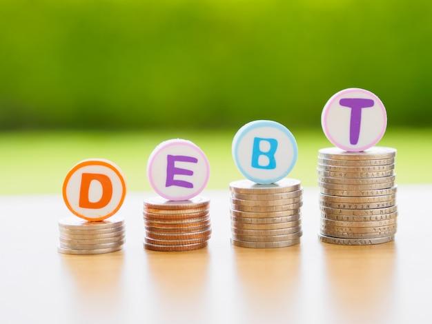 Pilha de moedas no conceito de dívida.