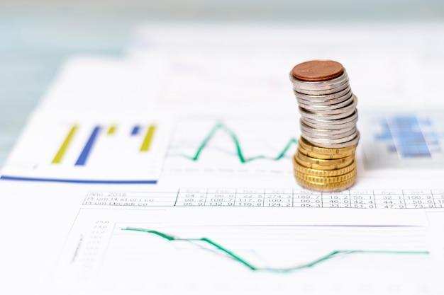 Pilha de moedas no design de papel de gráficos de barras