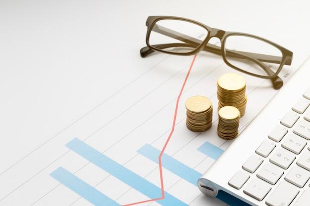 Pilha de moedas perto de óculos