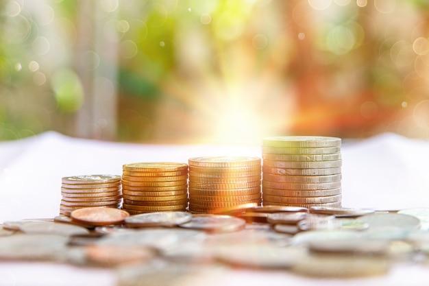 Pilha de moedas tailandesas dispostas em camadas no fundo do bokeh, conceito empresarial de economia de dinheiro