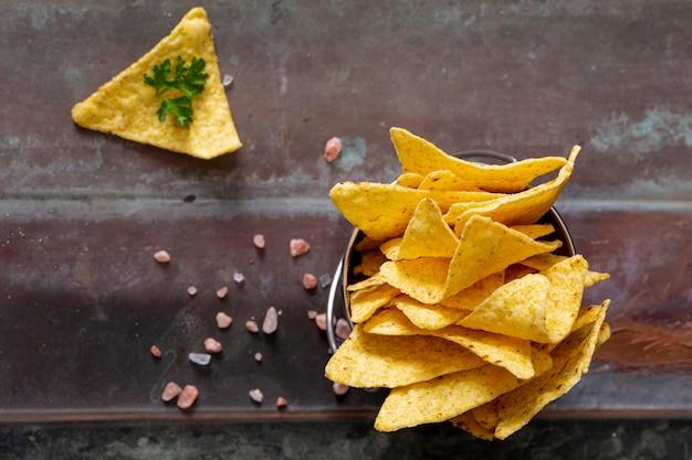 Pilha de nachos em jarra perto de salsa