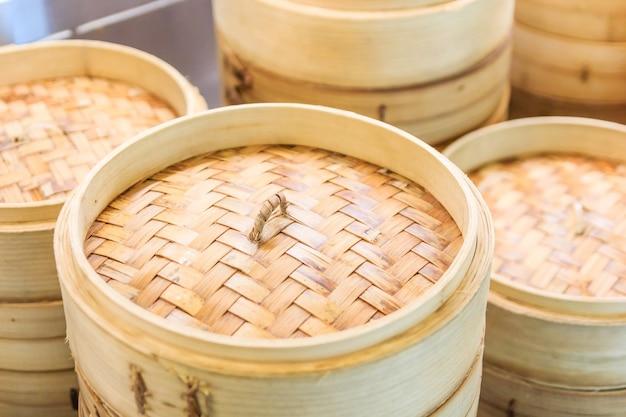 Pilha de navio de bambu chinês, dim sum no vapor de bambu, cozinha chinesa