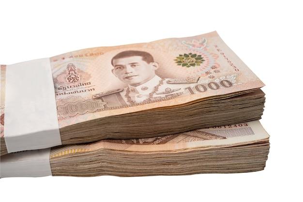 Pilha de notas de baht tailandês em fundo branco com traçado de recorte, conceito de investimento financeiro de economia de negócios.