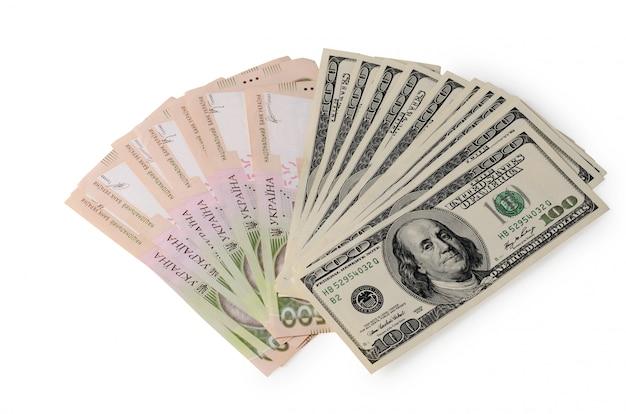 Pilha de notas de cem dólares e hryvnia ucraniano