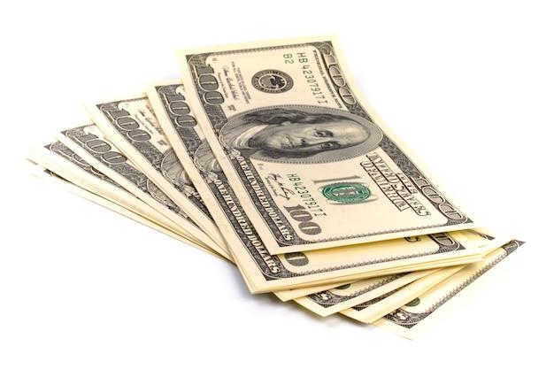 Pilha de notas de cem dólares eua em fundo branco