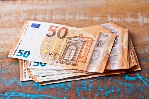 Pilha de notas de cinquenta euros.