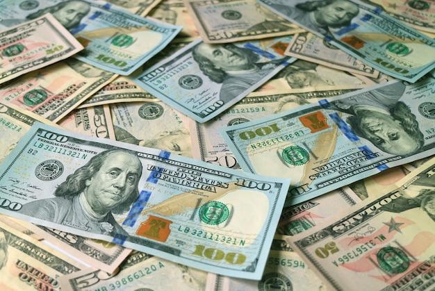 Pilha de notas de dólar dos estados unidos se concentra no conceito de negócios e riqueza