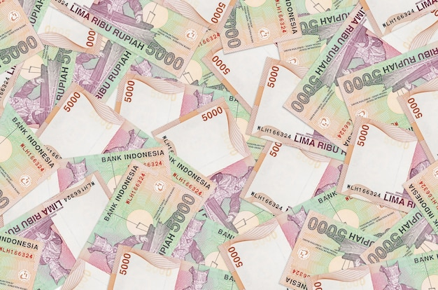 Pilha de notas de rupias indonésias