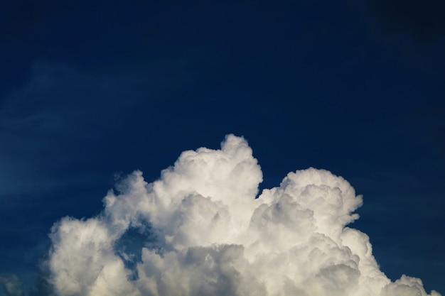 Pilha de nuvem branca escura e céu azul escuro à noite na temporada de verão
