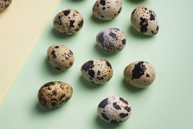 Pilha de ovos de codorna em fundo amarelo e verde. comida orgânica ecológica vegetariana. vista do topo. flatlay