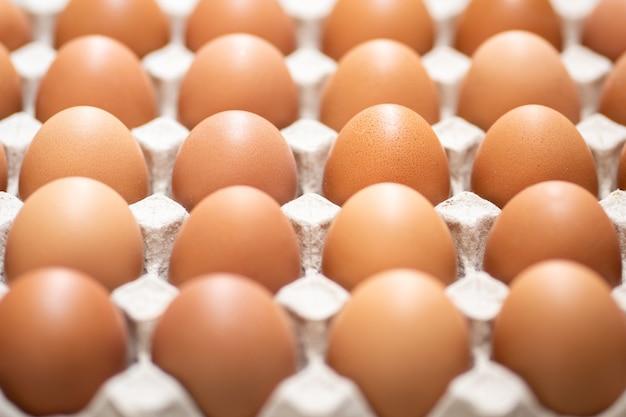Pilha de ovos de galinha de galinha orgânicos frescos e crus à venda na fazenda de agricultura de mercado de bandeja.