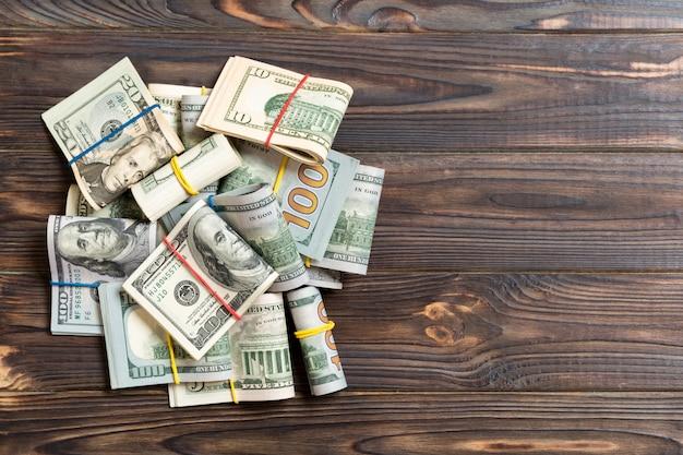 Pilha de pacotes de notas de dólar dos eua
