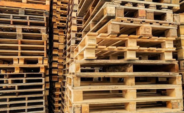 Pilha de paletes de madeira paletes de madeira industrial no armazém da fábrica conceito de carga e transporte