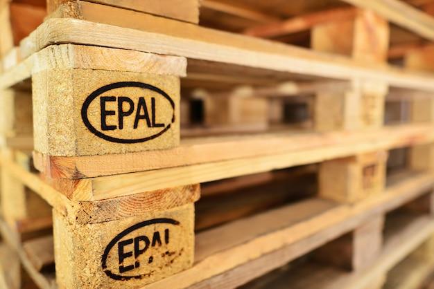 Pilha de paletes euro. concentre-se nos sinais epal e euro. plano aproximado de pilhas de paletes epal.
