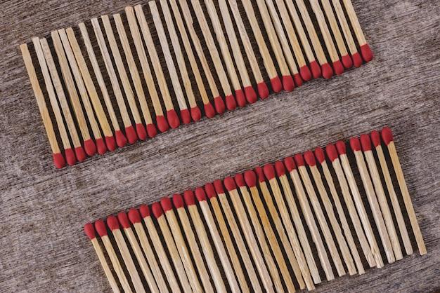 Pilha de palitos de fósforo organizar em uma fileira