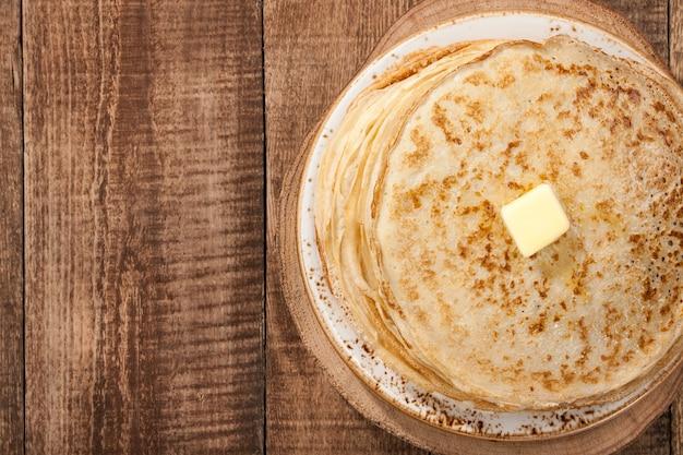 Pilha de panquecas com azeite, vista de cima