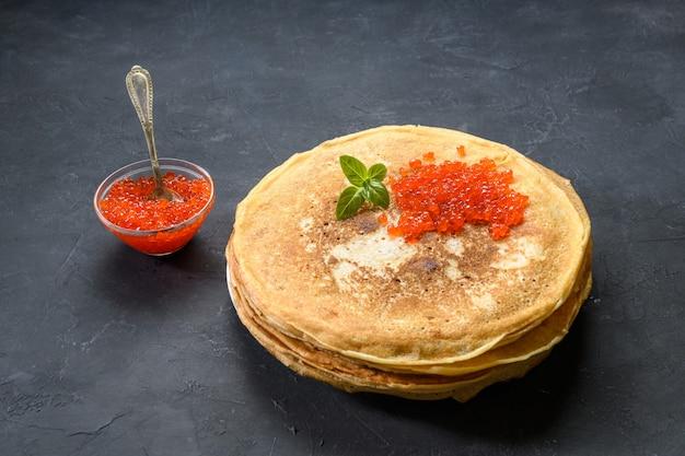 Pilha de panquecas com caviar vermelho, vista superior