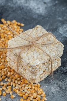 Pilha de pão estaladiço e grãos doces em mármore.