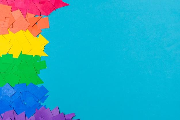 Pilha de papéis em cores lgbt