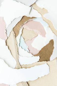 Pilha de papéis pastel rasgados