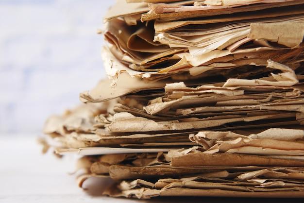 Pilha de papéis velhos na mesa