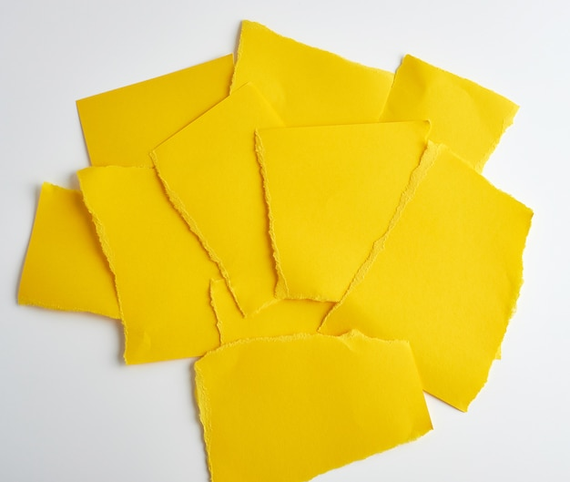 Pilha de papel amarelo rasgado pedaços de papel