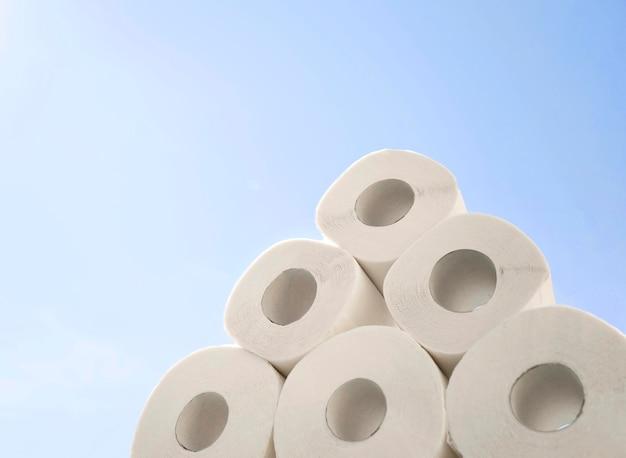 Pilha de papel higiênico de baixo ângulo