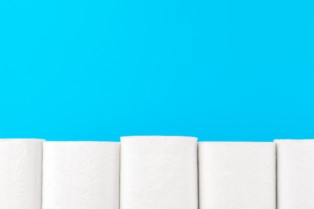 Pilha de papel higiênico no fundo azul brilhante