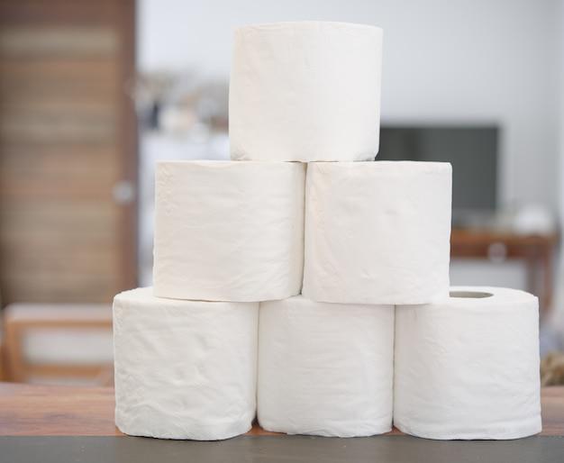 Pilha de papel higiênico rola em casa no interior da sala de estar