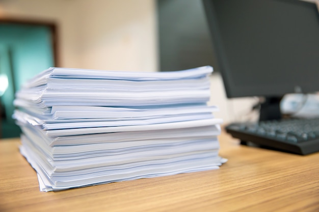 Pilha de papel na mesa de escritório empilhada.