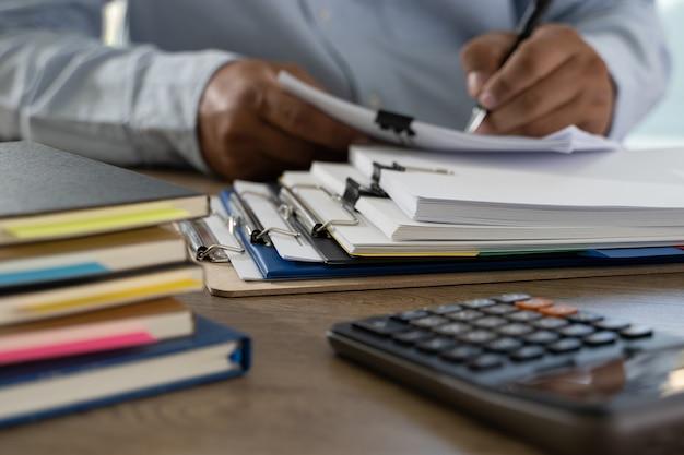 Pilha de papelada de documentos de documentos em papel comercial no escritório em arquivo de papel de contabilidade de mesa