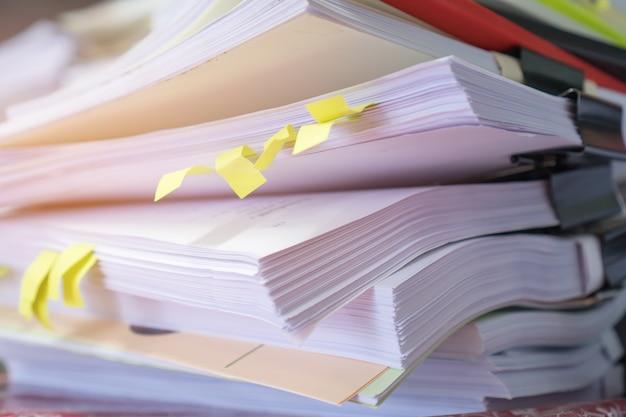 Pilha de papelada de relatório ou documentos para balcão de negócios no escritório