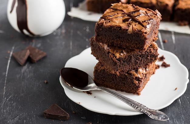 Pilha de pedaço de bolo de brownie de chocolate na pastelaria caseira de placa