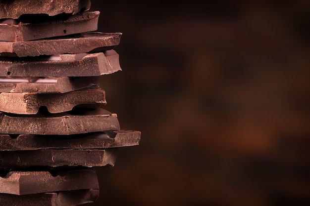 Pilha de pedaços de chocolate amargo. torre de doce doce