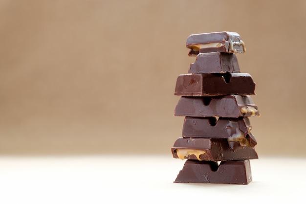 Pilha de pedaços de chocolate com espaço para texto fondant