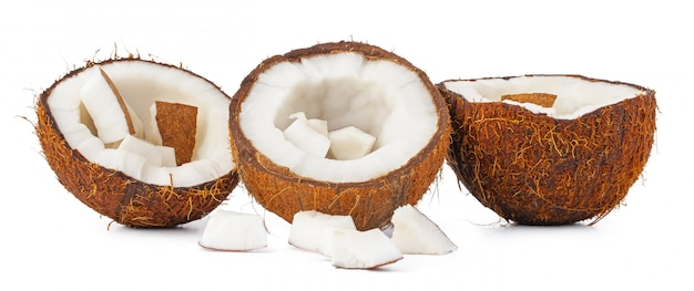 Pilha de pedaços de coco isolada no branco
