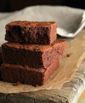 Pilha de pedaços quadrados assados de bolo brownie de chocolate
