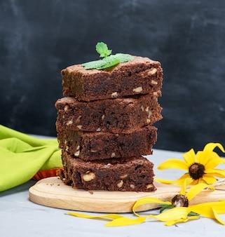 Pilha de pedaços quadrados assados de torta de brownie