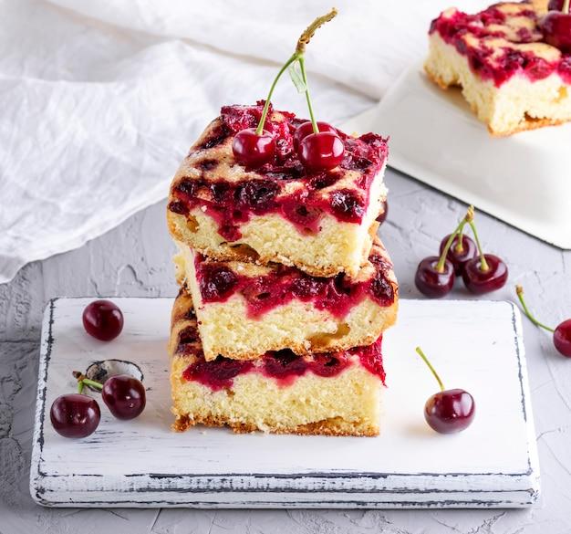 Pilha de pedaços quadrados assados de torta de cereja