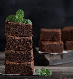 Pilha de pedaços quadrados de torta de brownie assada