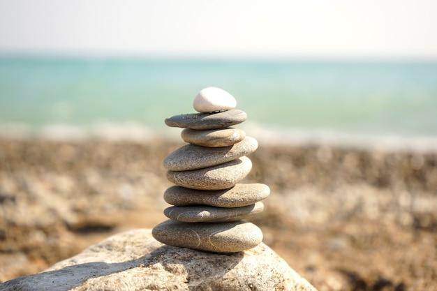 Pilha de pedras caídas umas sobre as outras na praia