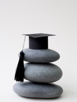 Pilha de pedras com chapéu de formatura