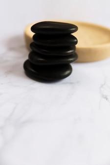 Pilha de pedras de massagem preta no spa