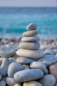 Pilha de pedras equilibradas zen na praia