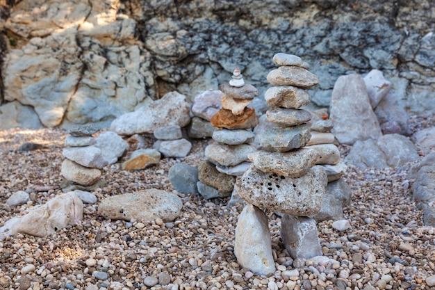 Pilha de pedras na praia de stara baska, krk. croácia
